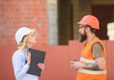 Cliente da construção dos relacionamentos e indústria da construção civil do participante Discuta o plano do progresso Coordenado imagem de stock