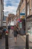 A cliente da mulher anda abaixo da fileira francesa histórica passada cafés e jantares exteriores imagens de stock royalty free