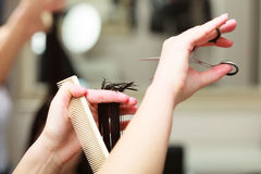 Cliente da mulher do cabelo do corte do barbeiro no salão de beleza do cabeleireiro Fotos de Stock