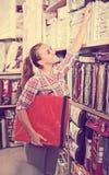 Cliente da mulher que procura o linho bonito do quarto imagem de stock royalty free