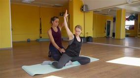 Cliente de ayuda del fisioterapeuta que hace ejercicios almacen de video