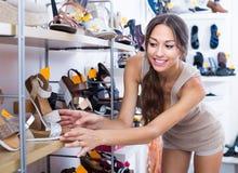 Cliente de jeune femme dans le magasin de chaussures Image libre de droits