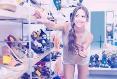 Cliente de jeune femme dans le magasin de chaussures Images stock