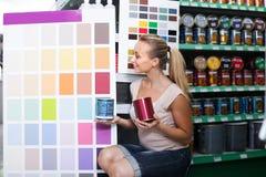 Cliente de la mujer en hipermercado de los electrodomésticos imágenes de archivo libres de regalías