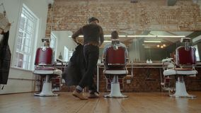 Cliente de la porción del peluquero en el salón almacen de metraje de vídeo