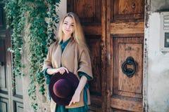 Cliente de la puerta del edificio de la ciudad de las propiedades inmobiliarias de la mujer joven Imagenes de archivo
