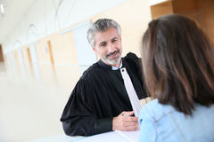Cliente de la reunión del abogado antes del ensayo Imagen de archivo libre de regalías
