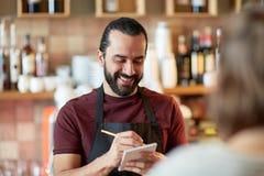 Cliente del servizio del cameriere o dell'uomo alla barra Fotografia Stock Libera da Diritti