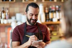 Cliente del servizio del cameriere o dell'uomo alla barra Immagine Stock Libera da Diritti