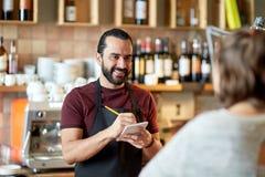 Cliente del servizio del cameriere o dell'uomo alla barra Fotografie Stock Libere da Diritti