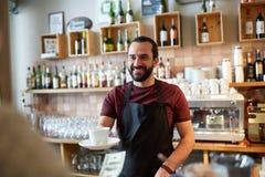 Cliente del servizio del cameriere o dell'uomo alla caffetteria Immagine Stock Libera da Diritti
