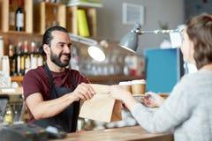 Cliente del servizio del cameriere o dell'uomo alla caffetteria Fotografie Stock Libere da Diritti