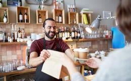 Cliente del servizio del cameriere o dell'uomo alla caffetteria Fotografia Stock