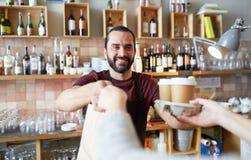 Cliente del servizio del cameriere o dell'uomo alla caffetteria Fotografia Stock Libera da Diritti