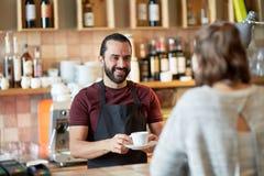 Cliente del servizio del cameriere o dell'uomo in caffetteria Fotografie Stock Libere da Diritti