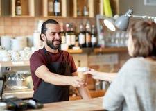 Cliente del servizio del cameriere o dell'uomo in caffetteria Fotografia Stock