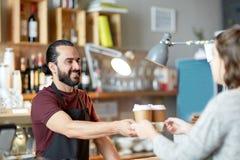 Cliente del servizio del cameriere o dell'uomo in caffetteria Fotografie Stock