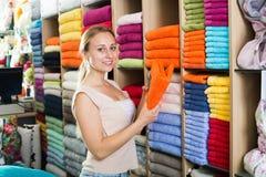 Cliente della femmina adulta che sceglie gli asciugamani Fotografia Stock