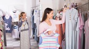 Cliente della femmina adulta che seleziona i pigiami Immagine Stock Libera da Diritti