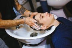 Cliente della testa di lavaggio del parrucchiere immagine stock