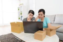 Cliente delle donne che esamina il sito Web online di acquisto fotografia stock