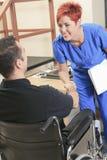 Cliente di aiuto della donna del fisioterapista al lavoro Immagine Stock Libera da Diritti