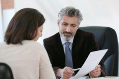 Cliente di riunione dell'avvocato nel suo ufficio Fotografia Stock