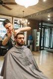 Cliente di taglio di Hairtician allo spazio libero del salone Immagine Stock Libera da Diritti