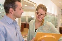 Cliente do ótico feliz com monóculos novos fotografia de stock