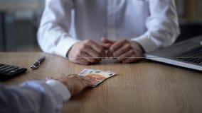 Cliente do banco que dá euro ao caixeiro de banco, serviço de troca do dinheiro, divisa estrageira foto de stock royalty free