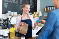 Cliente do serviço da empregada de mesa na cafetaria fotos de stock