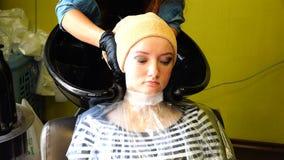Cliente dopo che lavando usura dei capelli un asciugamano sulla sua testa video d archivio