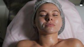 Cliente dopo il massaggio facciale stock footage