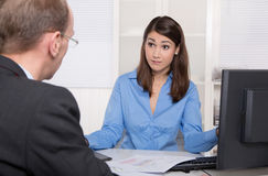 Cliente e cliente che si siedono allo scrittorio o al concetto di comunicazione per fotografia stock libera da diritti