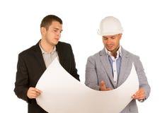 Cliente e coordenador Looking no modelo da construção Fotografia de Stock Royalty Free