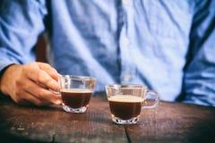 Cliente e due tazze del caffè espresso Immagine Stock