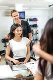 Cliente e stilista felici in parrucchiere Fotografie Stock Libere da Diritti