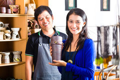 Cliente em uma loja asiática da cerâmica Fotografia de Stock Royalty Free