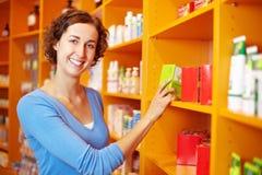 Cliente en el estante en droguería Imagen de archivo libre de regalías