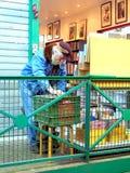 Cliente en el mercado de pulgas Foto de archivo libre de regalías
