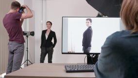 Cliente en el sistema con el fotógrafo almacen de metraje de vídeo