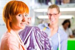 Cliente en la limpieza en seco de la tienda o de la materia textil del lavadero fotografía de archivo libre de regalías