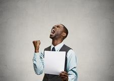 Cliente enojado, hombre ejecutivo que grita llevando a cabo el documento, papel Fotografía de archivo libre de regalías