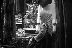 Cliente fêmea na frente de uma fotografia do estoque da loja varejo imagem de stock