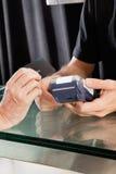 Cliente fêmea que paga através do cartão de crédito a fotografia de stock royalty free