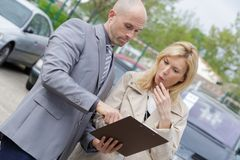 Cliente fêmea surpreendido com informação na prancheta fotos de stock royalty free