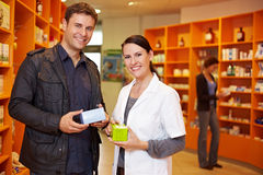 Cliente feliz con el farmacéutico Imagen de archivo