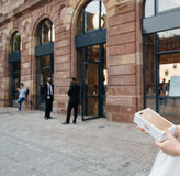 Cliente feliz después de comprar el nuevo iPhone 7 más Fotos de archivo