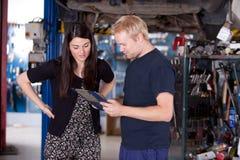 Cliente feliz en el mecánico Shop imagen de archivo libre de regalías