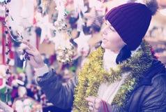 Cliente femenino alegre con los regalos de la Navidad Imagenes de archivo